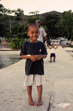 Seychelles   simpatico incontro sul molo
