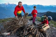 Le fascine di legna vengono disposte sulla cima