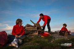 Si prapara la base per il falò con la legna più grande